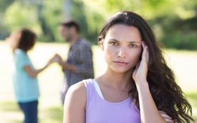 Revoir son ex heureux avec un(e) autre, pourquoi ça fait mal ?